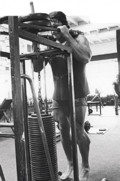 Arnold training Calve Raises